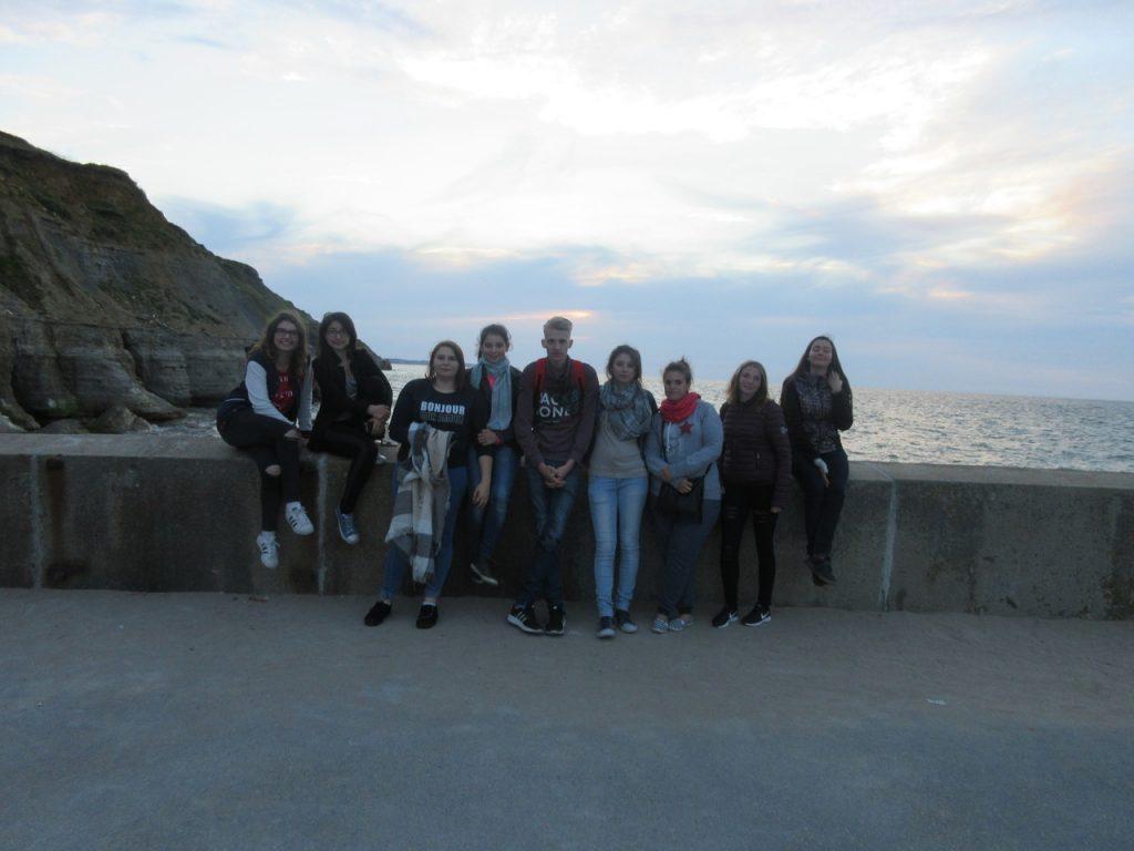 Le groupe devant la mer.