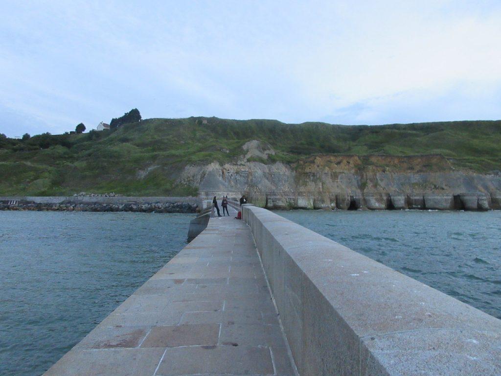 La rade du port à Port-en-Bessin-Huppain, avec vue sur les dunes.