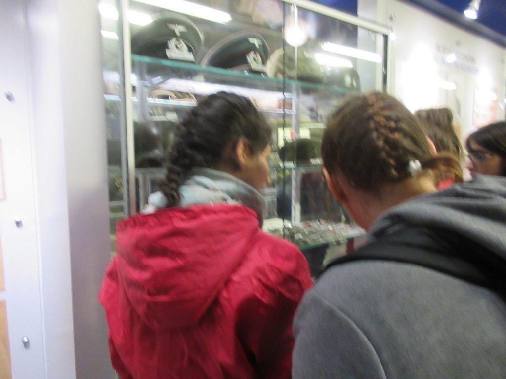 Des membres du groupe regardant une vitrine au musée.
